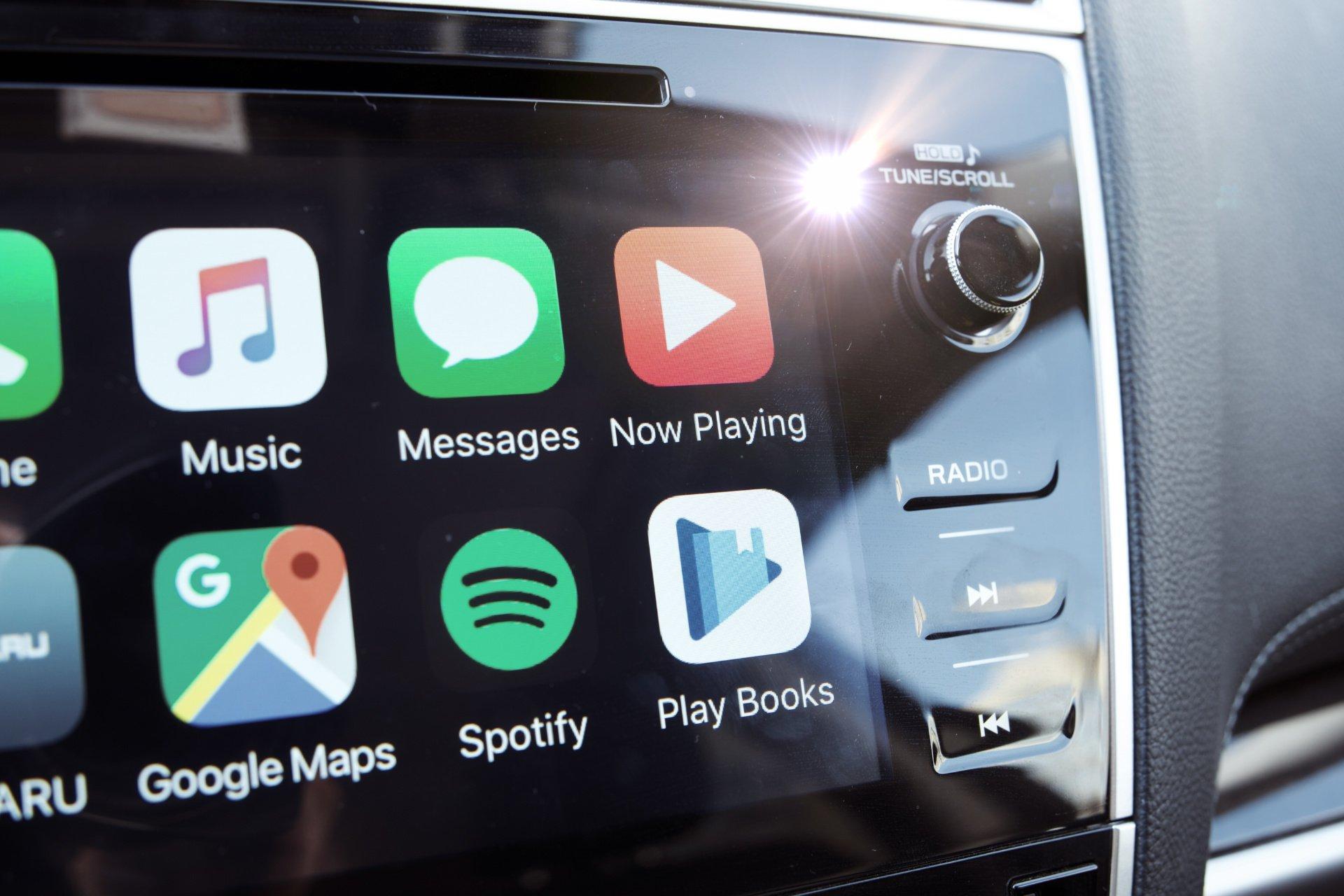 как выглядит YouTube music на экране CarPlay android auto