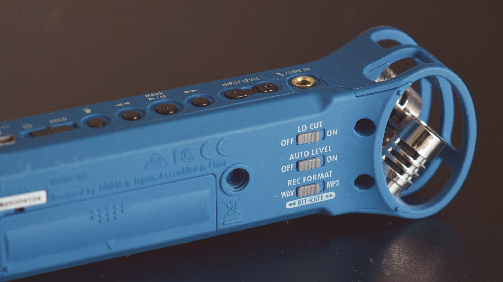 аудио рекордер Zoom H1 синего цвета