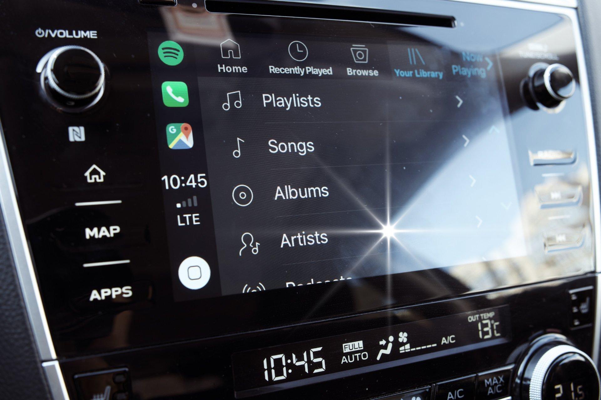 выбор песен плейлиста альбомов исполнителей spotify через CarPlay